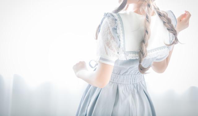 三編み少女の後ろ姿の写真