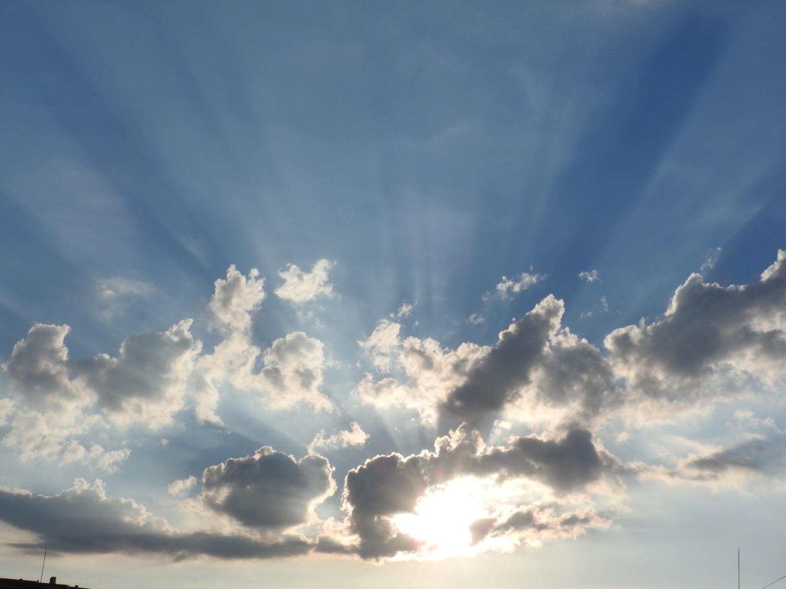 「空に広がる夕陽の光芒」の写真