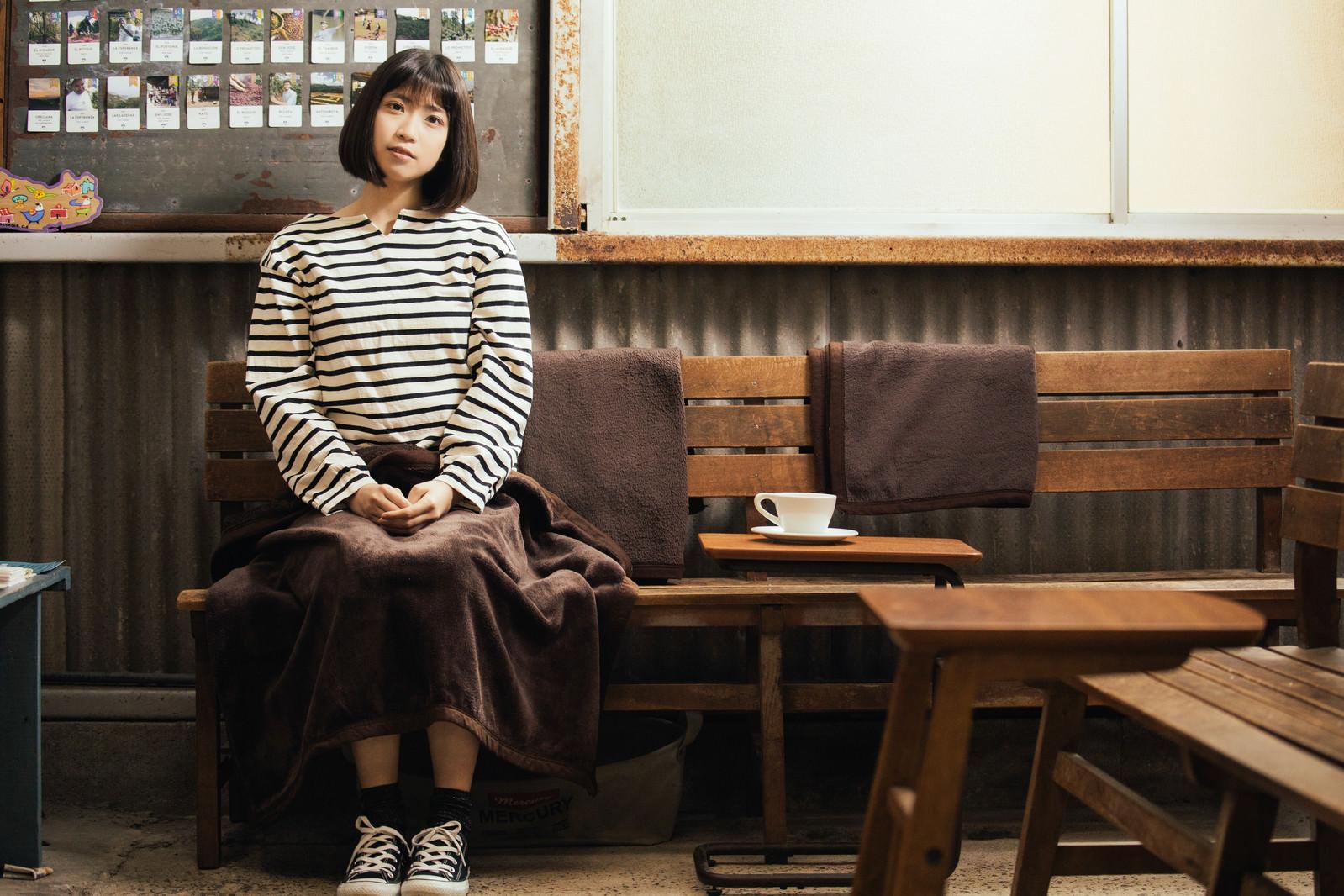 「レトロな雰囲気のカリオモンズコーヒーの店内で一息つく女性」の写真[モデル:塩田みう]