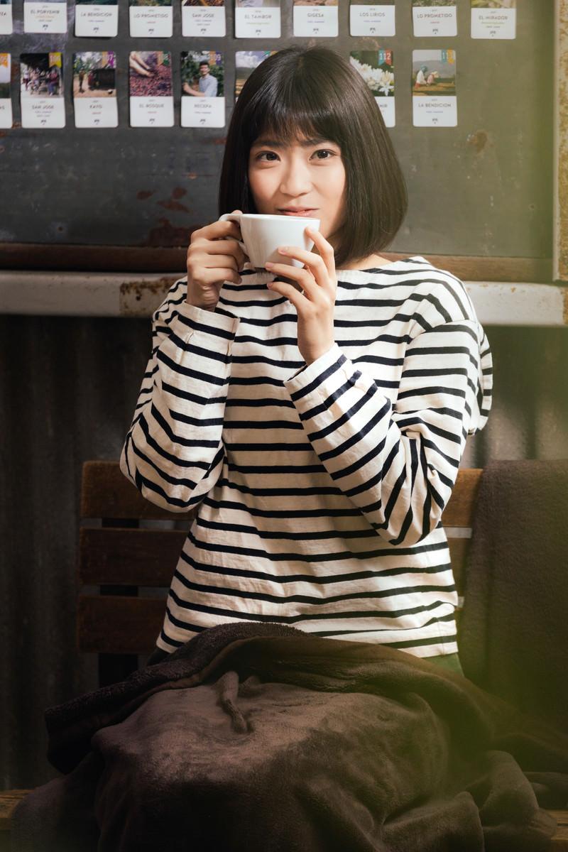 「コーヒーで温まる女性」の写真[モデル:塩田みう]