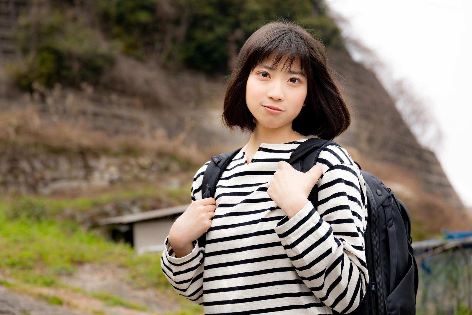 「探しものの旅に出る女性」の写真[モデル:塩田みう]