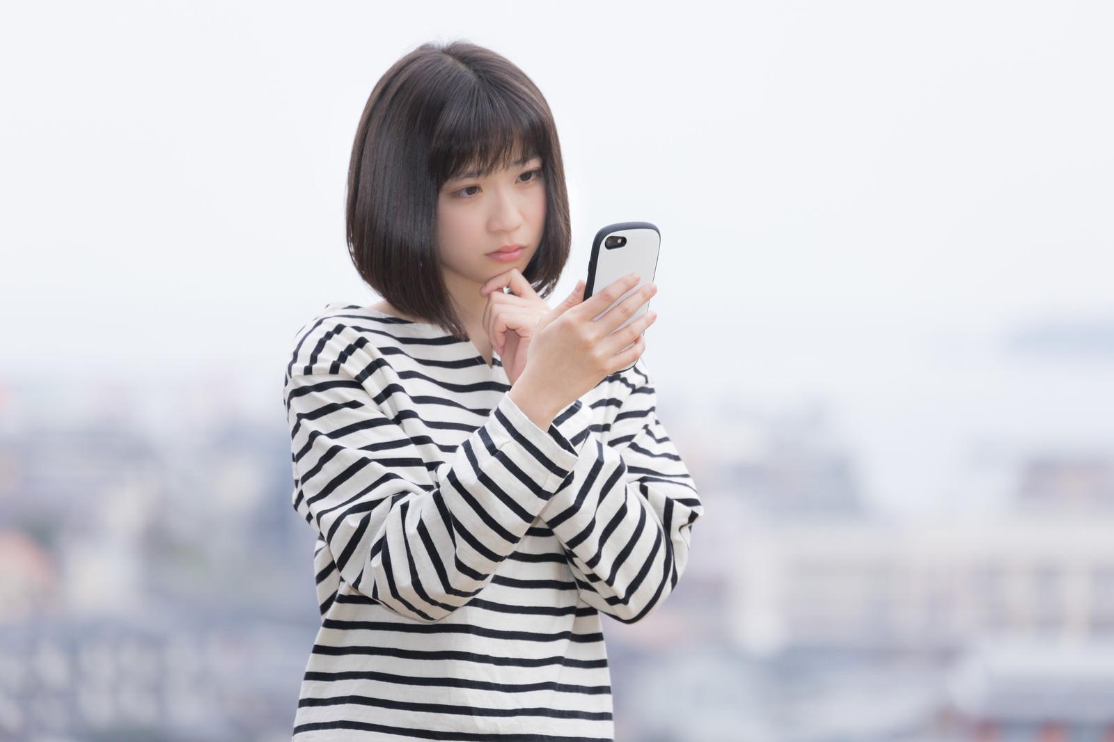 「電波がなくてネットに繋がらない女性」の写真[モデル:塩田みう]