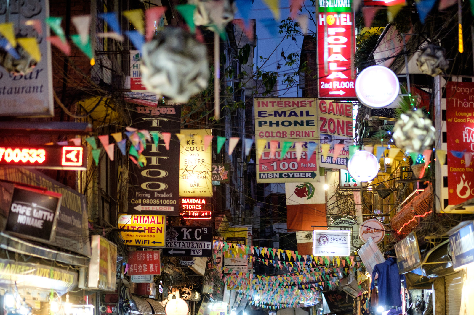 「ネパールの夜の繁華街」の写真