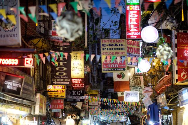 ネパールの夜の繁華街の写真