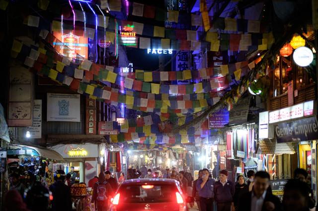 人混みで溢れるネパールの繁華街の写真
