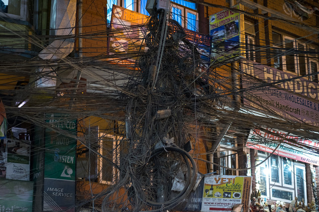電柱にぐるぐる巻き付いた電線の写真
