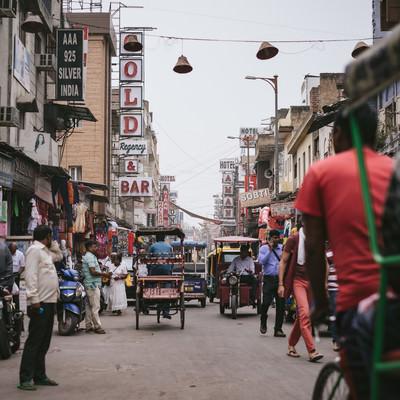 三輪自転車が往来する商店街(インド・ニューデリー)の写真