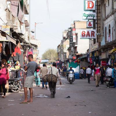 ニューデリー駅前(インド)の商店街の写真