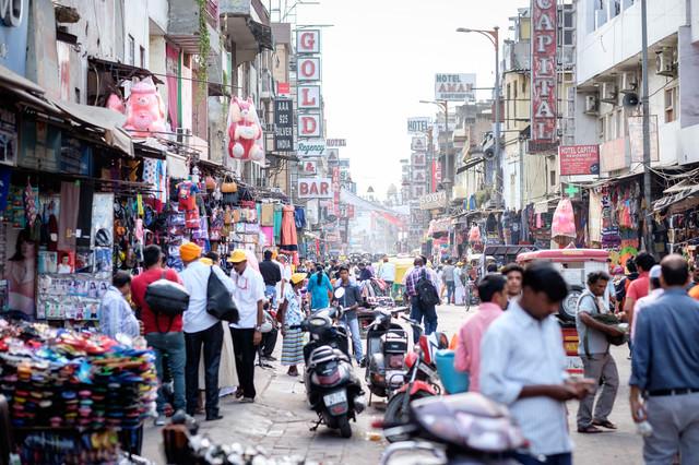 インド・ニューデリーの大きな商店街の写真