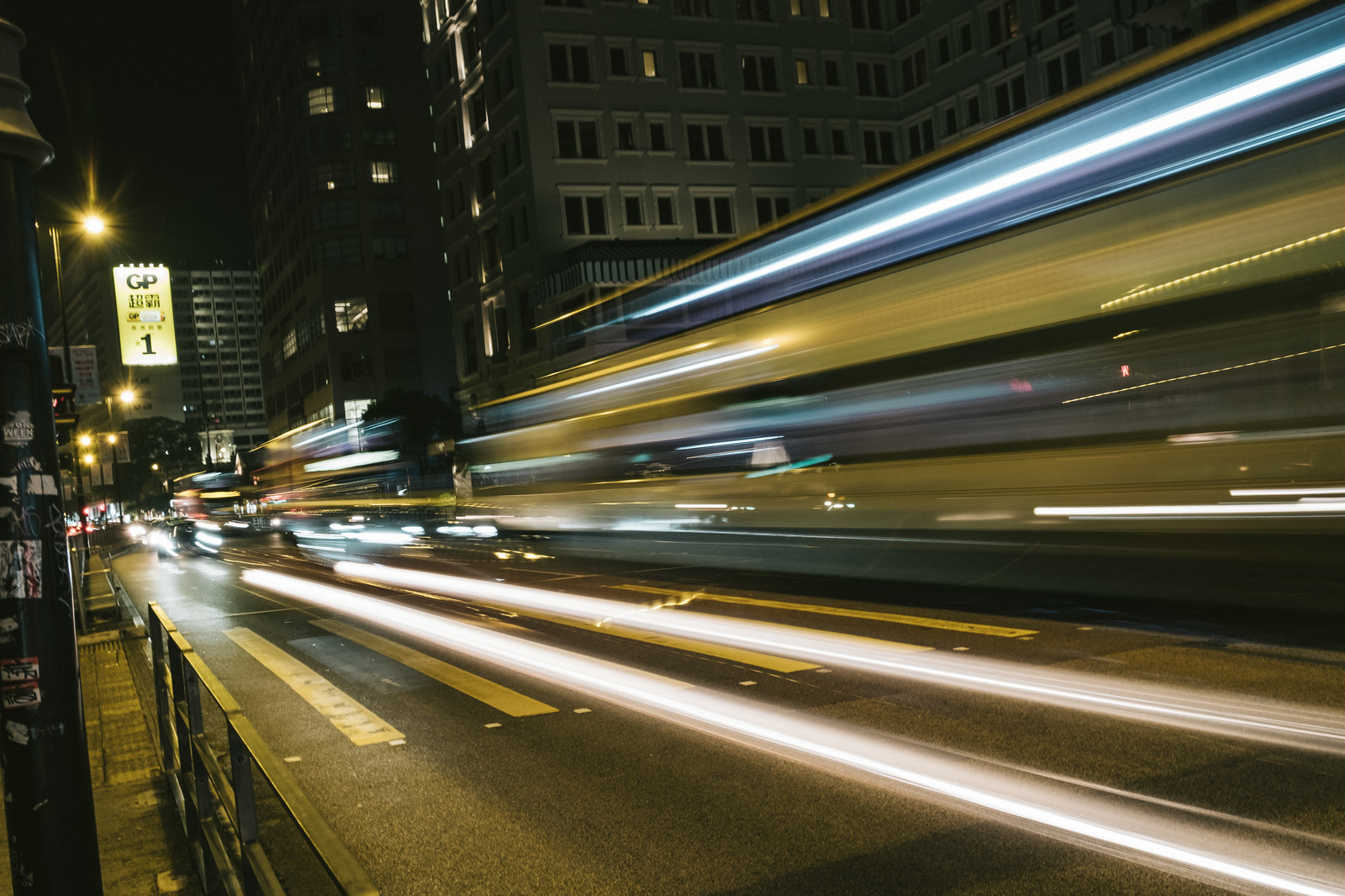 「都会を走る車の光跡」の写真