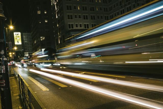 都会を走る車の光跡の写真