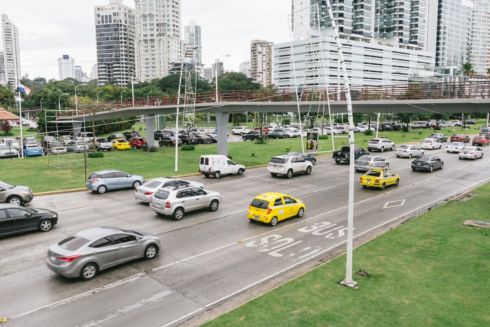 「交通量の多いパナマの街並み」の写真