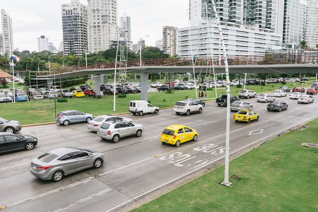交通量の多いパナマの街並みの写真