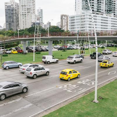 「交通量の多いパナマの街並み」の写真素材