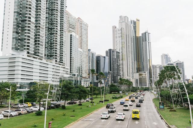 高層マンションが立ち並ぶパナマの都市部の写真