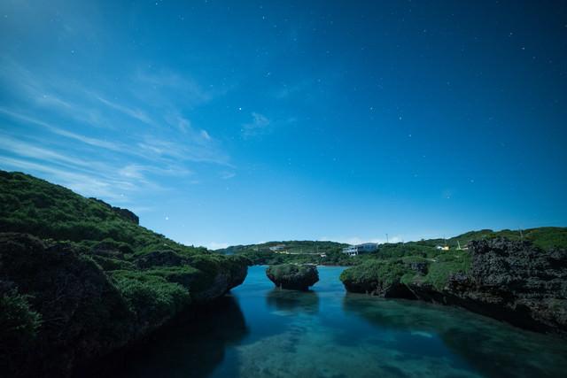 星空と沖縄の海の写真