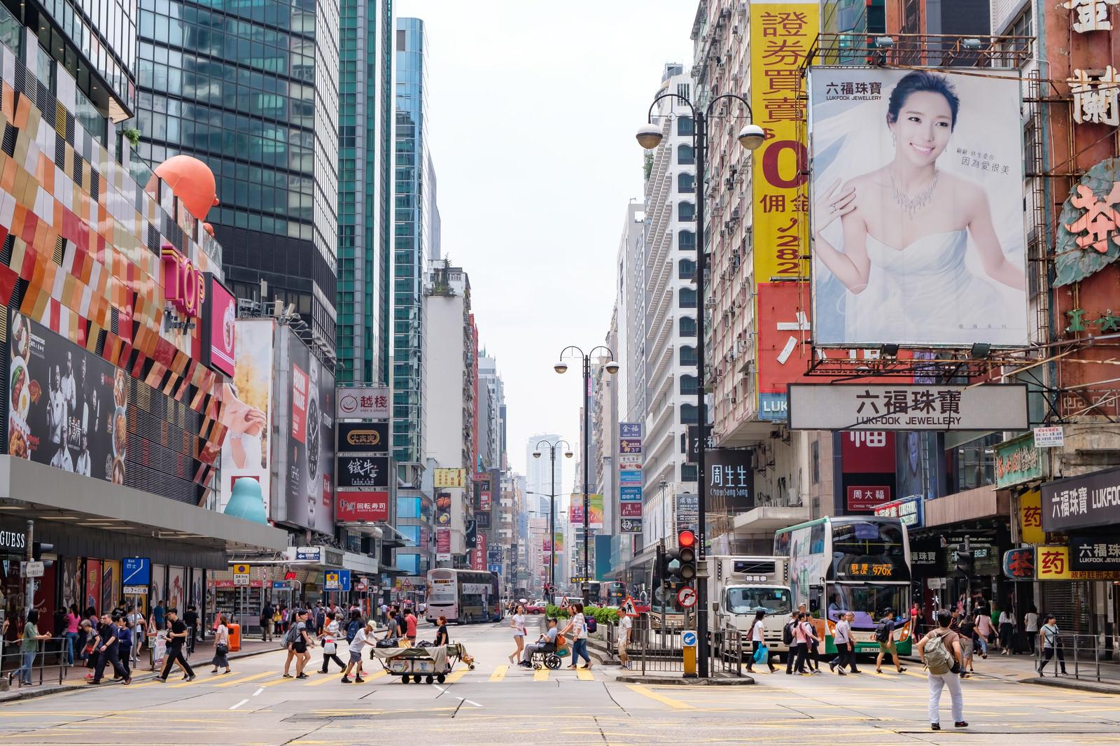 「香港の都市部の景観と横断する人々 | 写真の無料素材・フリー素材 - ぱくたそ」の写真