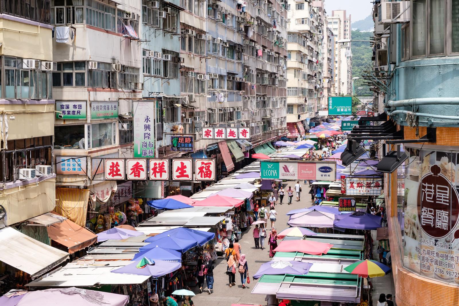 「香港の雑多な商店街」の写真