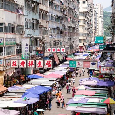 香港の雑多な商店街の写真