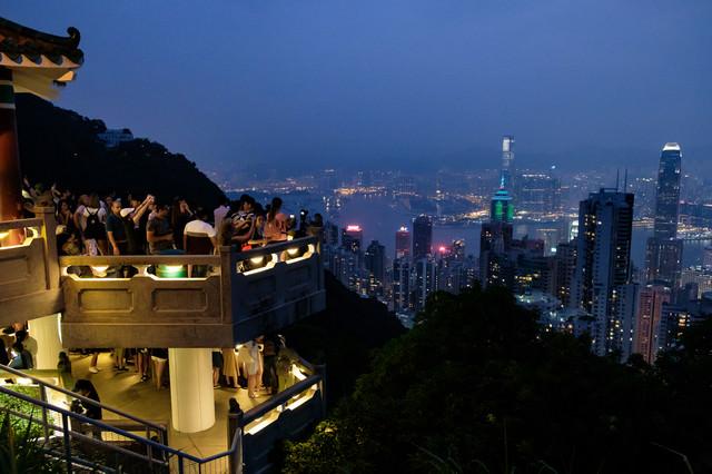 香港の100万ドルの夜景を撮影する観光客の写真