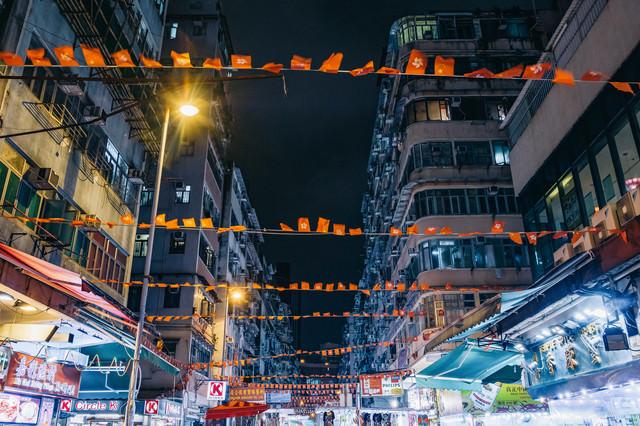 香港旗が吊るされた商店街の写真