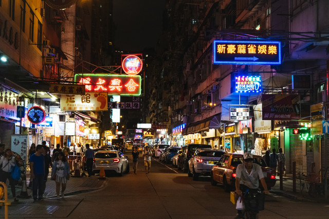 ネオン輝く香港の繁華街の写真