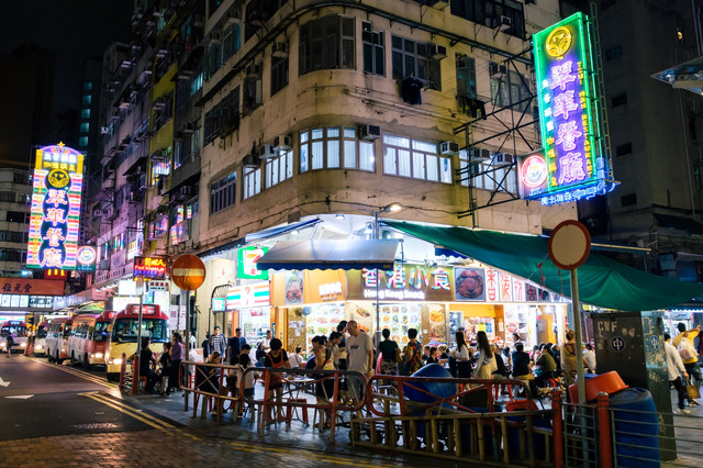 人で溢れる夜の繁華街(香港)の写真