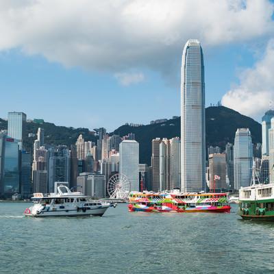 香港のビル群と遊覧船の写真