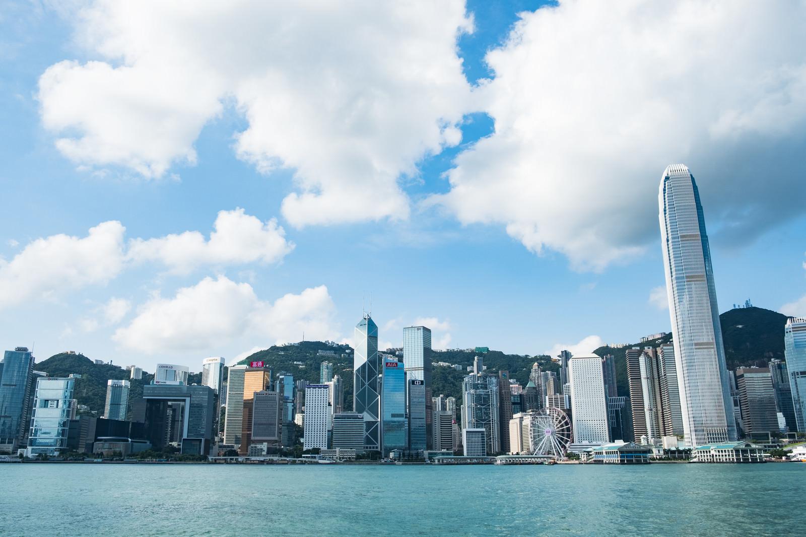 「香港の都市部のビル群」の写真