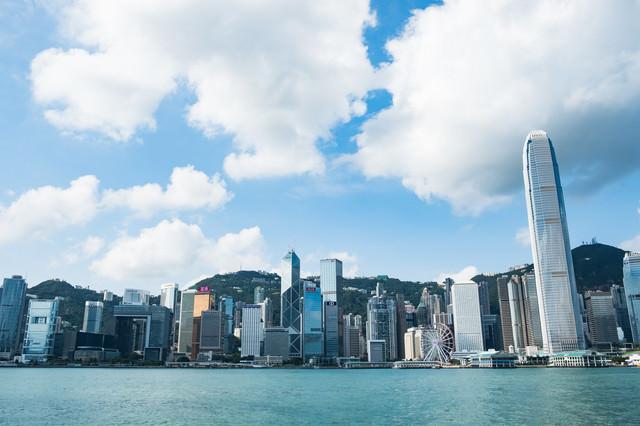 香港の都市部のビル群の写真
