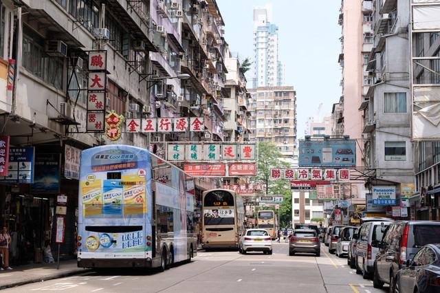 香港の雑多な街並みの写真