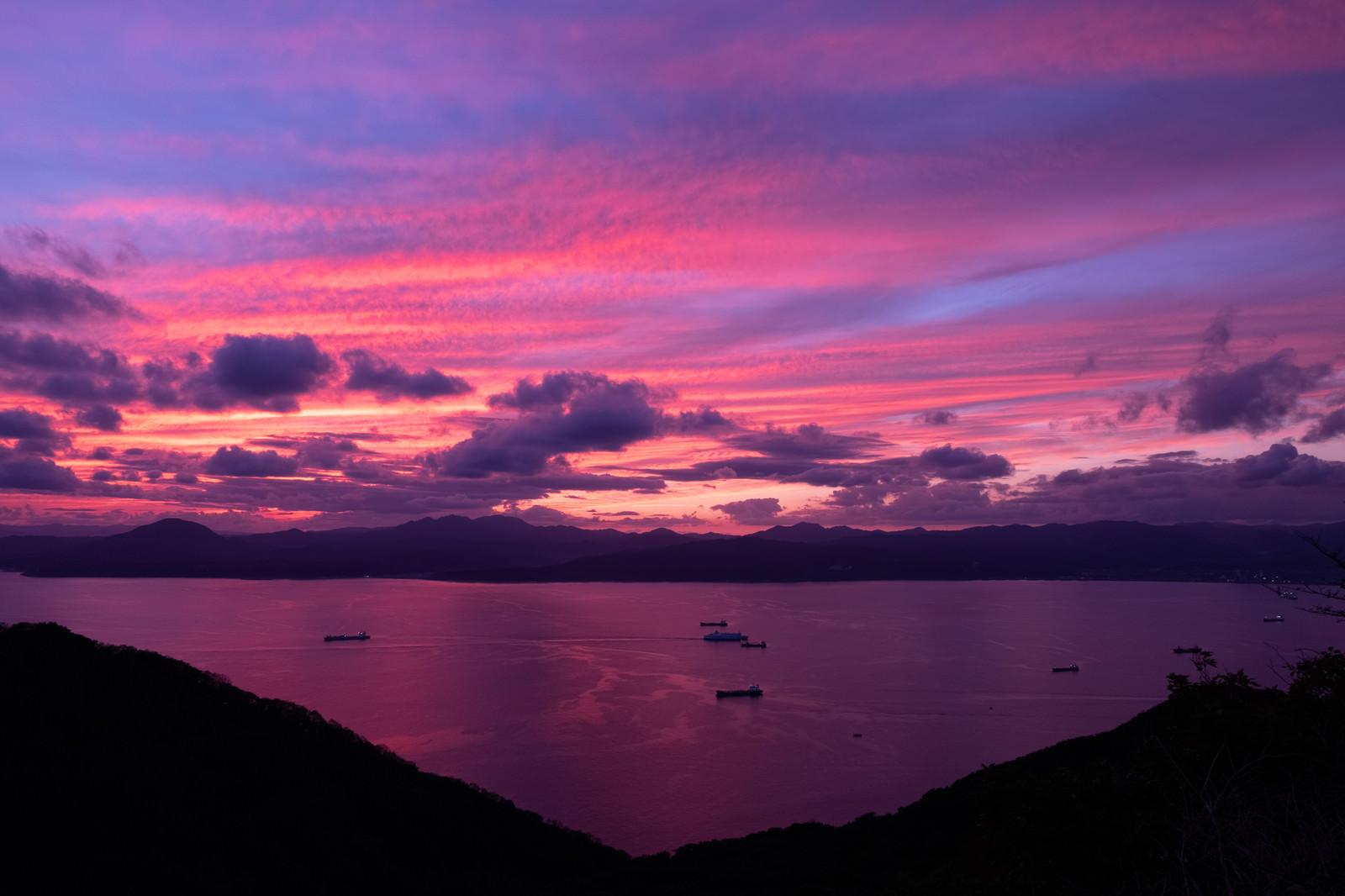 「紫の夕暮れと湖」の写真