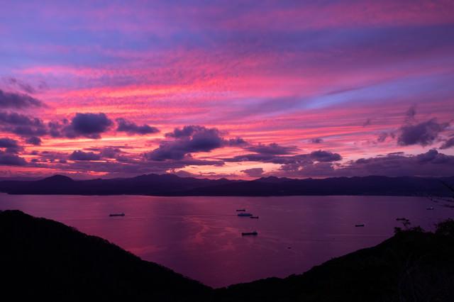 紫の夕暮れと湖の写真