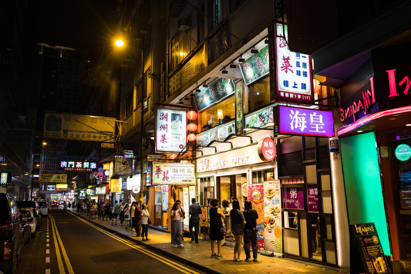 「夜の香港の街並み」の写真