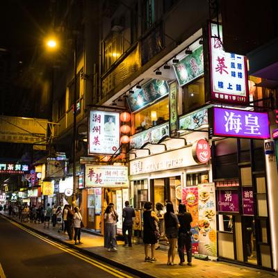 夜の香港の街並みの写真