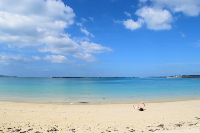 開放的な沖縄の海を楽しむの写真