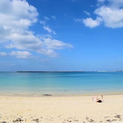 「開放的な沖縄の海を楽しむ」の写真素材