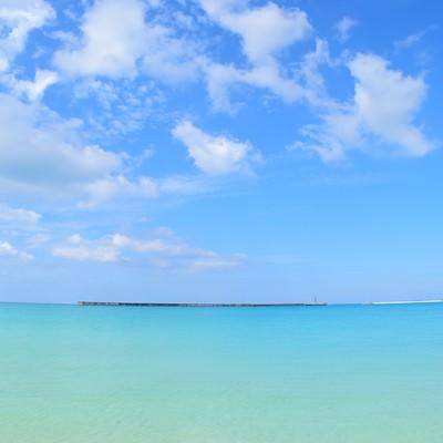 「沖縄の海と遠くに見える防波堤」の写真素材