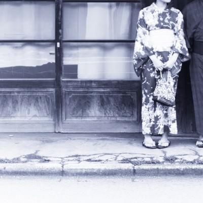 古い建物と和装男女の写真