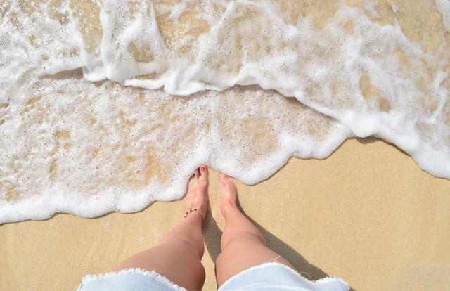 波打ち際と足元の写真