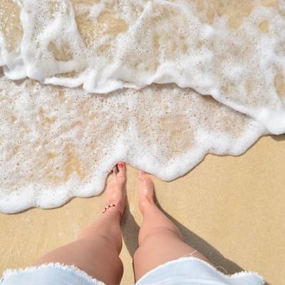 「波打ち際と足元」の写真素材