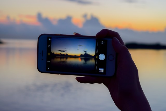 スマホで夕暮れ時の海を撮影の写真