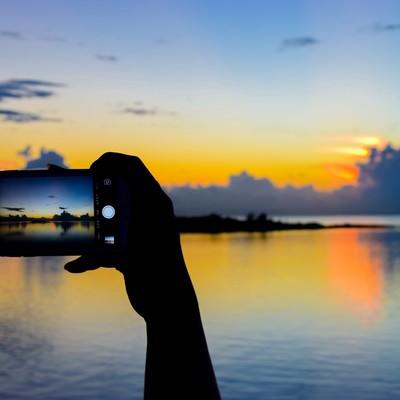 「美しい夕暮れ時をスマホで撮影」の写真素材
