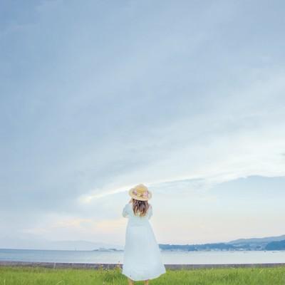 海岸を眺める透明感女子の写真