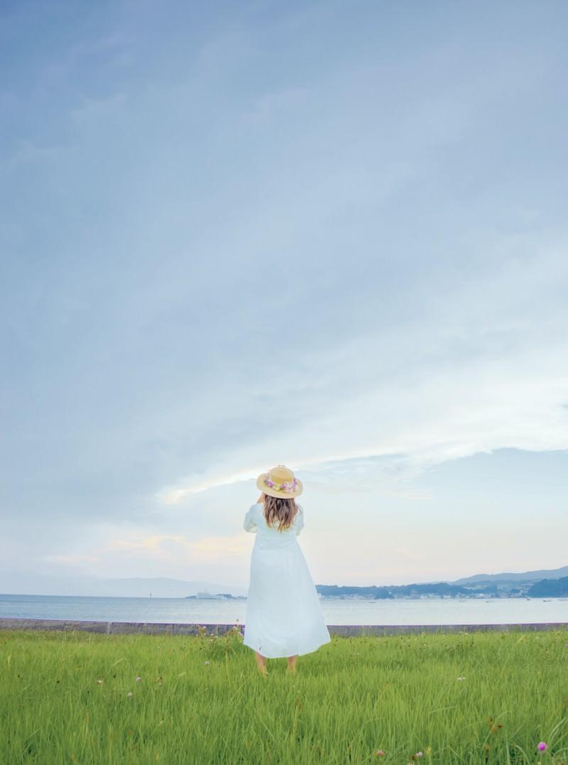 「海岸を眺める透明感女子」の写真