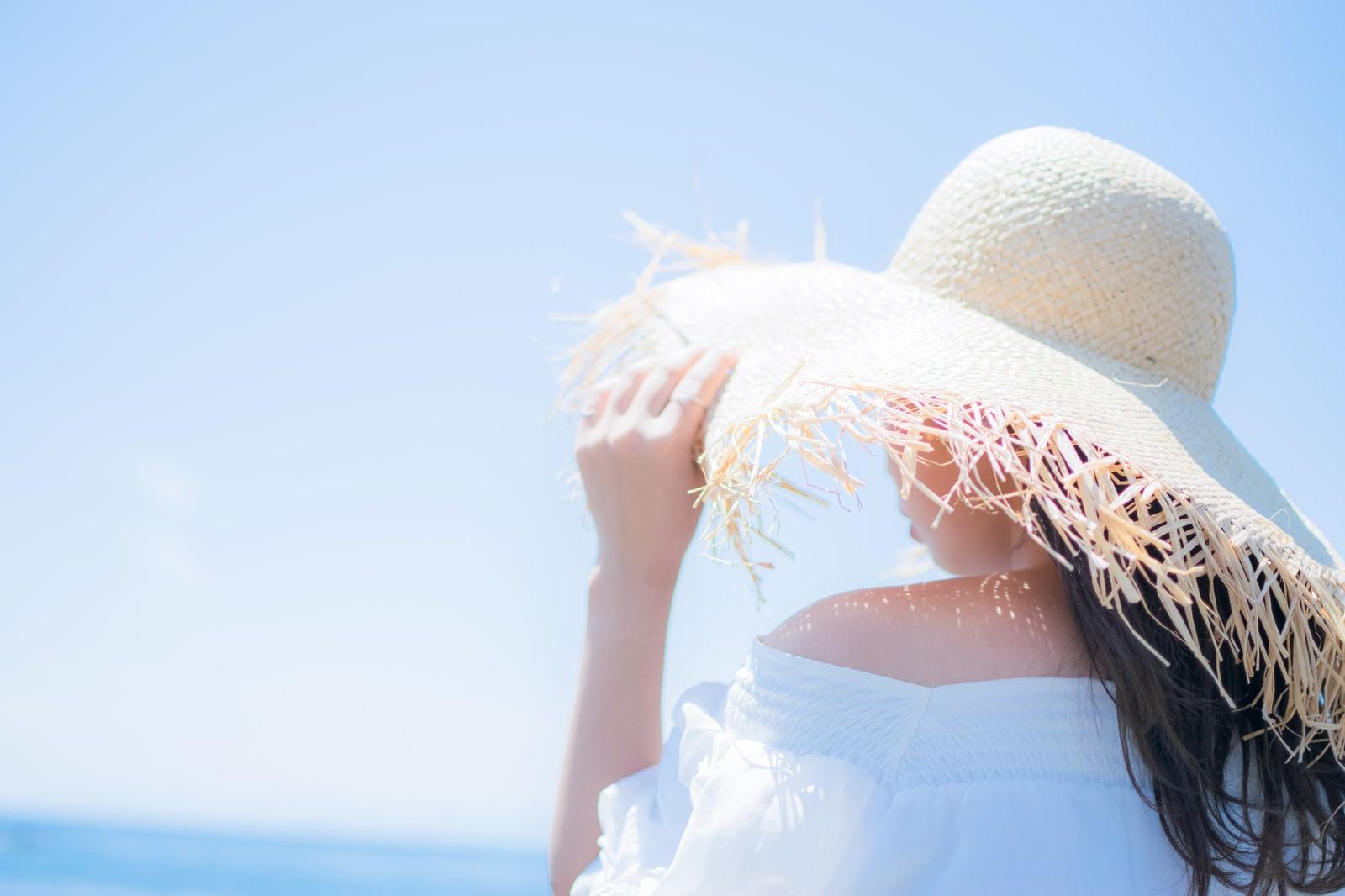 「麦わら帽子で日焼け対策」の写真
