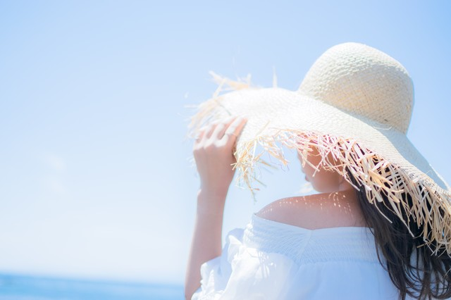 麦わら帽子で日焼け対策の写真
