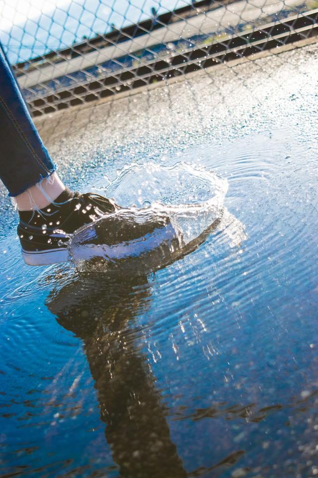 水たまりジャンプの写真