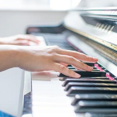 「ピアノを弾く女性の手」の写真素材