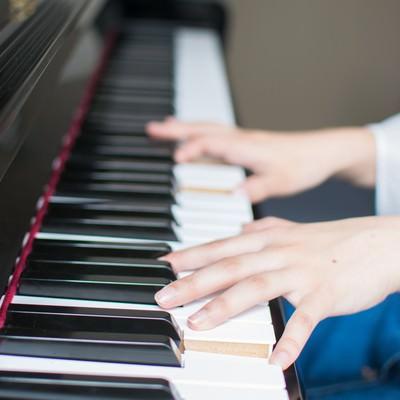 「ピアノ演奏」の写真素材